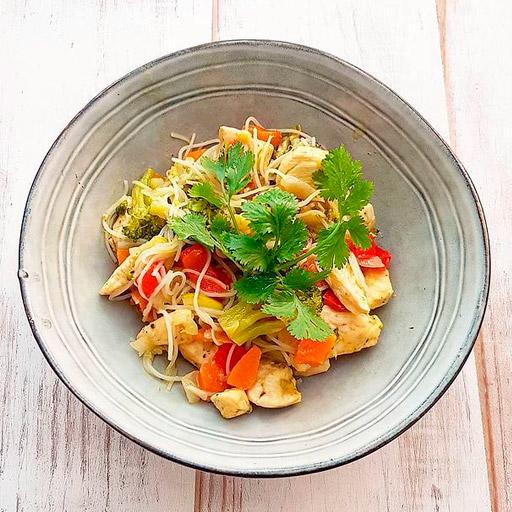 Noodles con pollo al curry verde por Elisa Blázquez